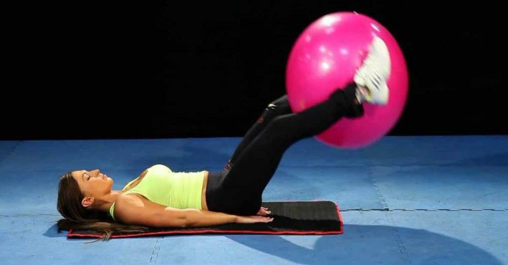 تمرين رفع الساق مع استخدام الكرة